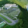 Le terrain s'étend du terrain de sport jusqu'aux bâtiments principaux au nord en passant par le parvis central, la transition se faisant par plusieurs terrasses.