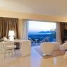 Cette villa neuve dispose de 350 m² habitables ainsi qu'un sauna et une salle de sport venant s'ajouter à l'incontournable piscine.