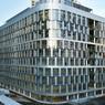 L'immeuble Ampere, à Courbevoie, il y a quelques mois. Entre les panneaux vitrés, les lames métalliques font office de fenêtres.