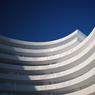L'architecte a opté pour des garde-corps pleins, cachant de la vue tout ce qui peut être stocké sur un balcon.