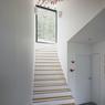 L'escalier permet facilement de communiquer entre la partie haute et la partie basse de cette maison enterrée.