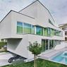 Cette maison familiale située à Strasbourg dispose d'un jardin avec piscine et d'un parking caché sous le salon. ©Brice Pelleschi