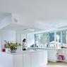 La cuisine est installée au rez-de-chaussée juste à côté de la piscine et du salon. ©Brice Pelleschi