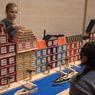 De jeunes architectes concentrés.