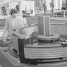 Salon international de la construction et de l'équipement au CNIT de la Défense, Paris, 12 mars 1959 : maquette de la Maison de la Radio (alors en cours de construction).