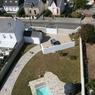 Vue d'en haut, l'ensemble comprend aussi une piscine et un sauna installé dans le chapeau d'origine du phare.