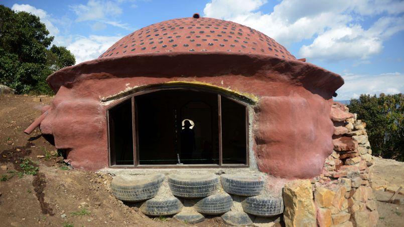 en colombie des igloos construits avec des pneus usag s. Black Bedroom Furniture Sets. Home Design Ideas