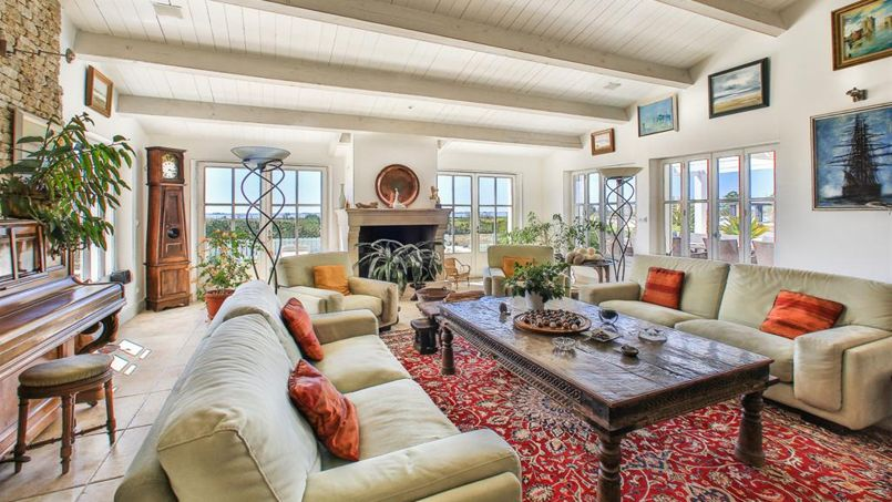 la villa la plus ch re de l le de r est vendre. Black Bedroom Furniture Sets. Home Design Ideas