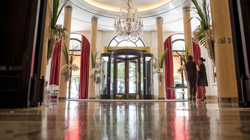 Le directeur du Plaza Athénée regrette qu'Airbnb ne soit pas soumis à l'impôt de la même façon que les hôtels de luxe (Crédit: Fred DUFOUR/AFP)