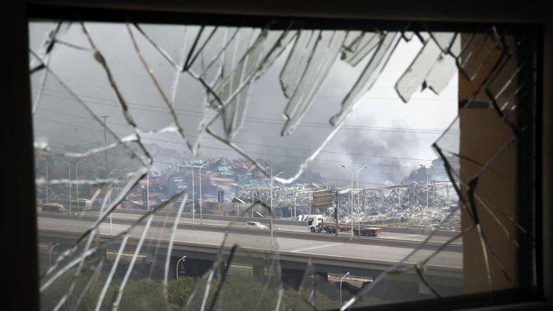 A l'intérieur d'un immeuble de Tianjin aux vitres soufflées par l'explosion.