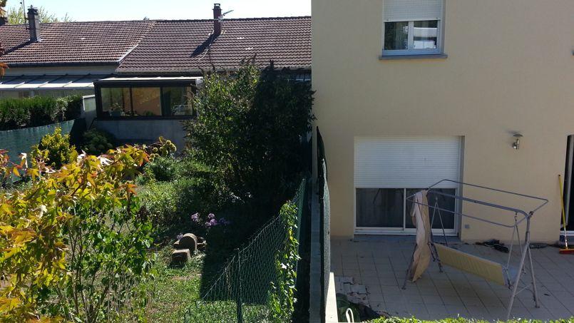 L'expert a constaté que la maison de Sarah Rebai cause une forte perte d'ensoleillement dans le jardin de la voisine.                  <i>DR</i>