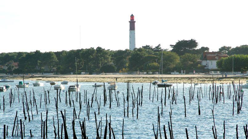 Le blockhaus se situe à quelques mètres du célèbre phare du Cap Ferret. Crédit: Wikimedia.