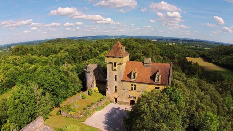 Pour le prix d'un appartement familial parisien (environ un million d'euros), des amoureux de châteaux sont en train de s'offrir un petit bijou des XVe et XVIesiècle.