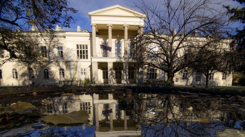 Le palais Clam-Gallas, bâtiment classé et propriété de l'État français, est construit en plein centre-ville de Vienne sur un domaine de 4,5 hectares. Il a été vendu en novembre 2015 pour 30 millions d'euros.
