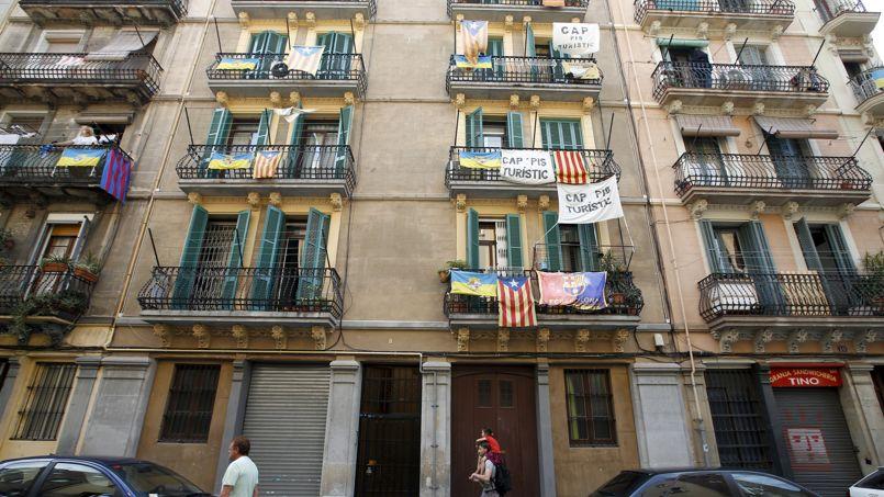 A l'été 2015, dans le quartier de Barceloneta, des affiches hostiles à la prolifération des hébergements touristiques.