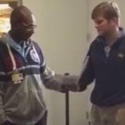 Etats-Unis : un vigile d'une université ému aux larmes par le cadeau de Noël des étudiants