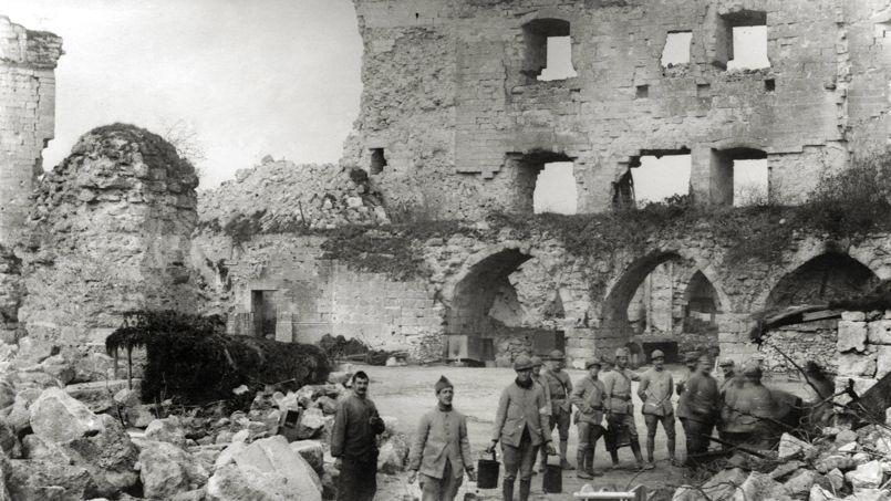 Soldats francais du 407e regiment d'Infanterie a la corvee de soupe à Coucy le Château, le 1er avril 1918.