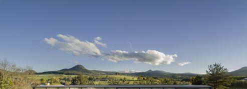 Maison en verre et en béton avec vue sur les volcans