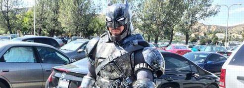 Un étudiant américain présente un exposé déguisé en Batman