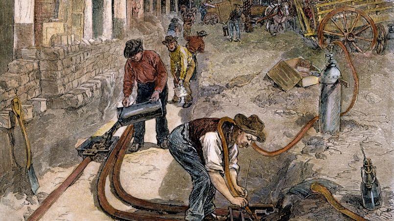Installation des tuyaux qui vont contenir les câbles permettant d'alimenter en électricité les maisons et immeubles de New York (gravure de 1882).