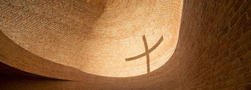 Dans cette chapelle de brique, le soleil fait apparaître une croix