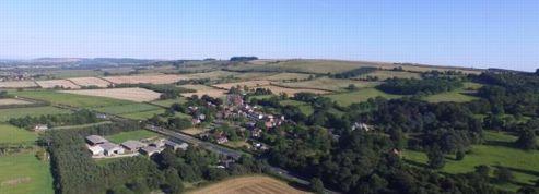 Un village britannique typique et ses habitants mis en vente