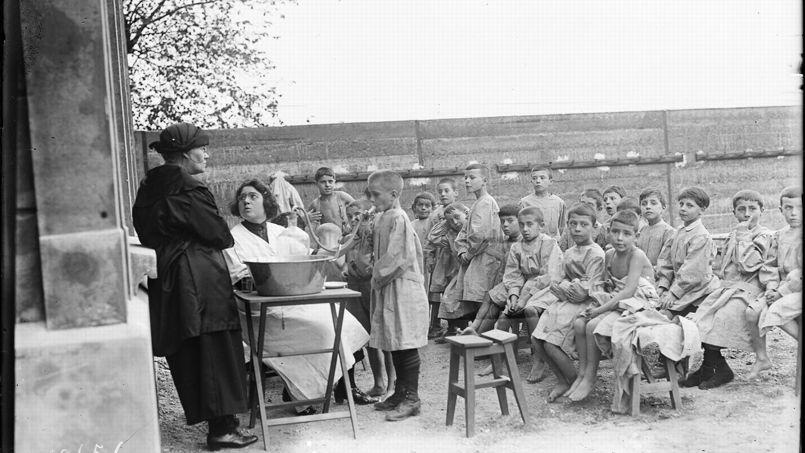 Premier cours en plein air à l'école du boulevard Bessières. Source: Gallica.bnf.fr/Bibliothèque nationale de France