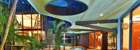 Une maison tropicale entièrement traversée par sa piscine