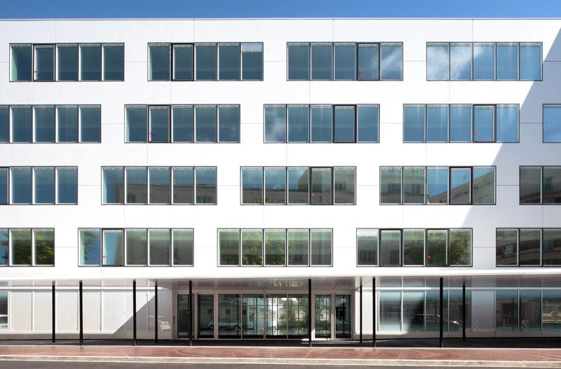 Voici le premier immeuble de bureau tout habill de corian for Immeuble bureau
