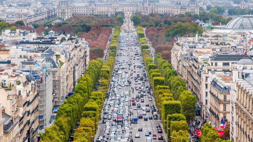 Chaque année, les Champs-Élysées accueillent 100 millions de visiteurs dont 30 millions de touristes