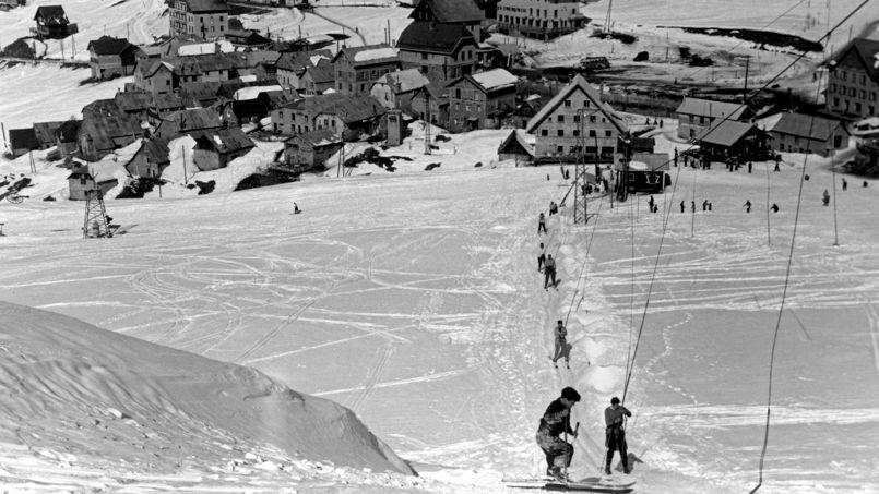 C'est à l'Alpe d'Huez qu'a été ouvert en 1936 le premier téléski à perches de Jean Pomagalski, créateur de la société Poma  <i>(ici, photo d'archives de 1947)</i>.