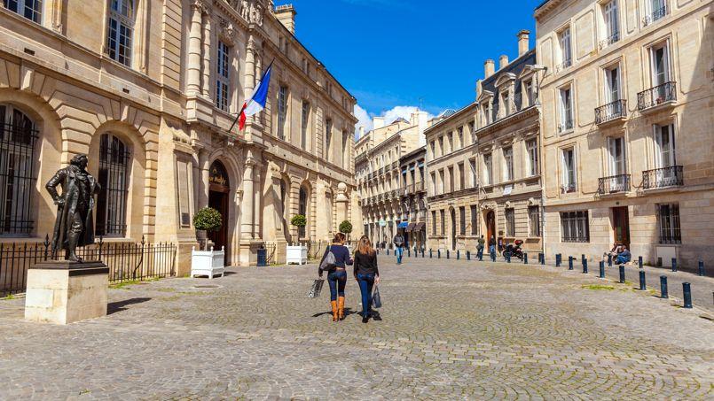Une place à Bordeaux non loin de la statue Francisco de Goya.
