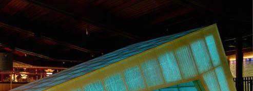 Découvrez les étonnantes ambiances colorées du béton translucide