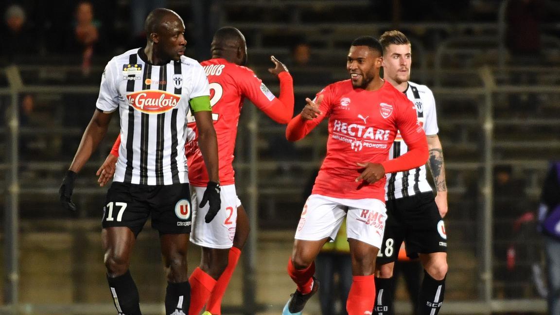 Championnat de France de football LIGUE 1 2018-2019-2020 - Page 12 Nimes-deroule-face-a-Angers