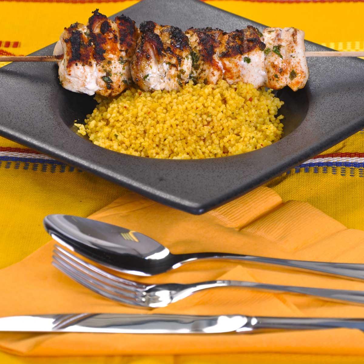 brochettes de poulet au couscous une recette equilibr cuisine le figaro madame. Black Bedroom Furniture Sets. Home Design Ideas