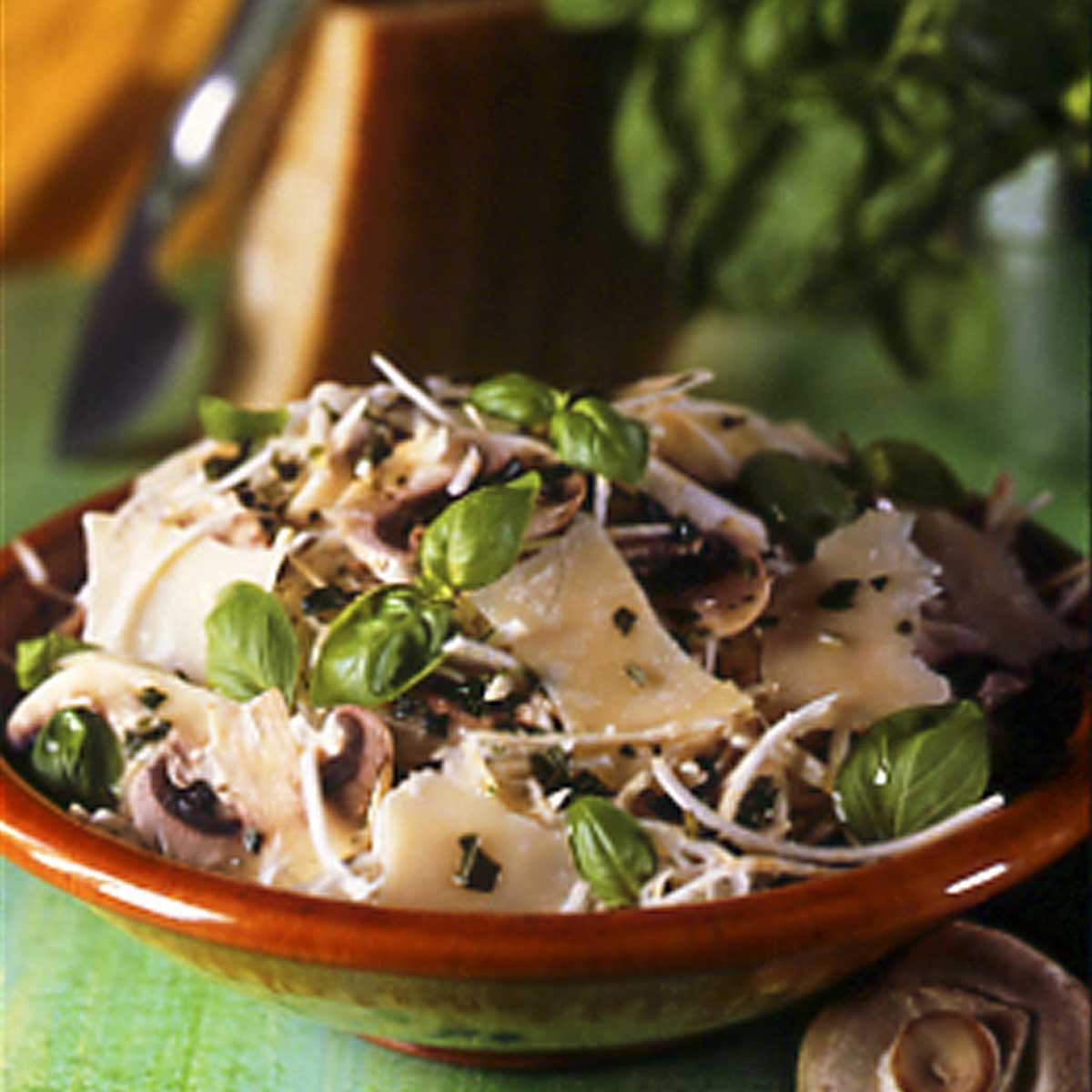 salade de champignons au c leri parmesan une recette equilibr cuisine le figaro madame. Black Bedroom Furniture Sets. Home Design Ideas