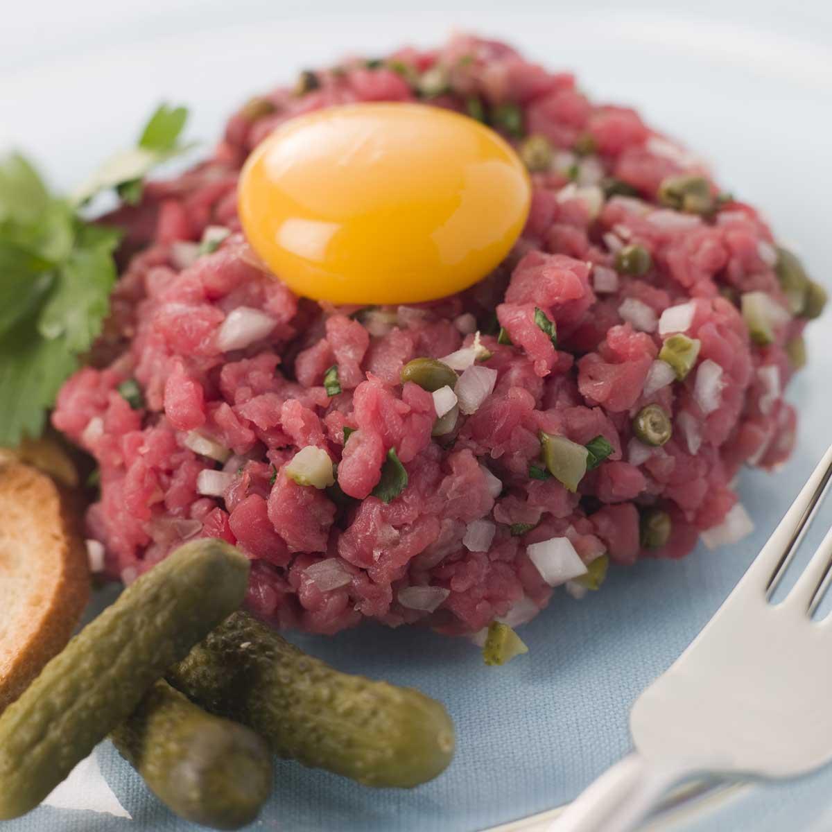 Recette tartare de b uf cuisine madame figaro - Tartare de boeuf cyril lignac ...