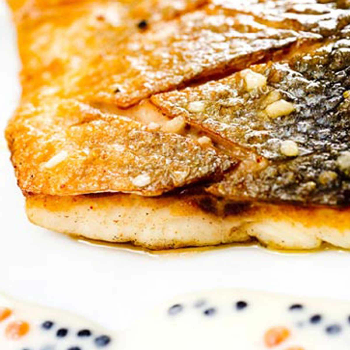 Bar clout au gros sel et cannelloni de caviar d - Desherber au gros sel ...