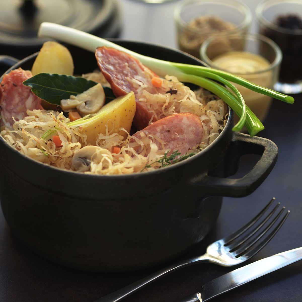 Cassolette de choucroute et saucisses de morteau une recette terroir cuisine le figaro madame - Recette avec saucisse de morteau ...