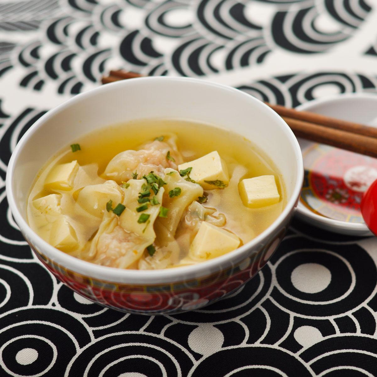 soupe de raviolis chinois aux crevettes une recette exotique cuisine le figaro madame. Black Bedroom Furniture Sets. Home Design Ideas