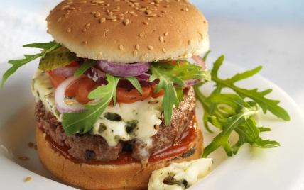 cheeseburger au roquefort une recette am ricain cuisine le figaro madame. Black Bedroom Furniture Sets. Home Design Ideas