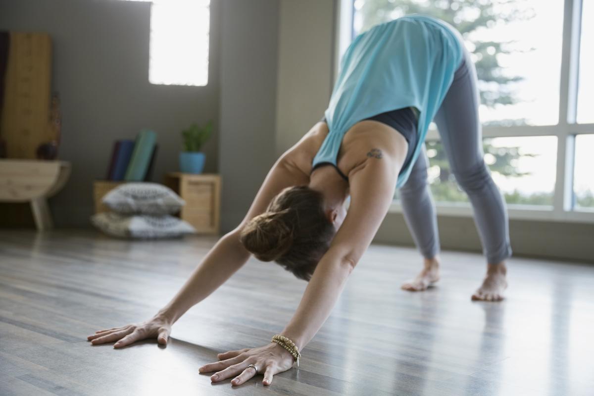 sept positions de yoga pour dormir comme un b b madame figaro. Black Bedroom Furniture Sets. Home Design Ideas