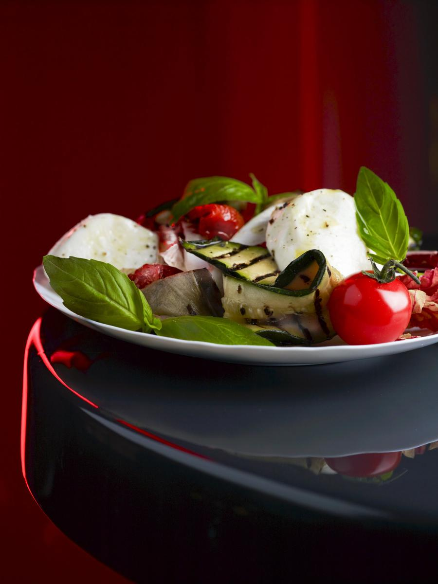 recette salade de l gumes grill s et mozzarella di bufala cuisine madame figaro. Black Bedroom Furniture Sets. Home Design Ideas