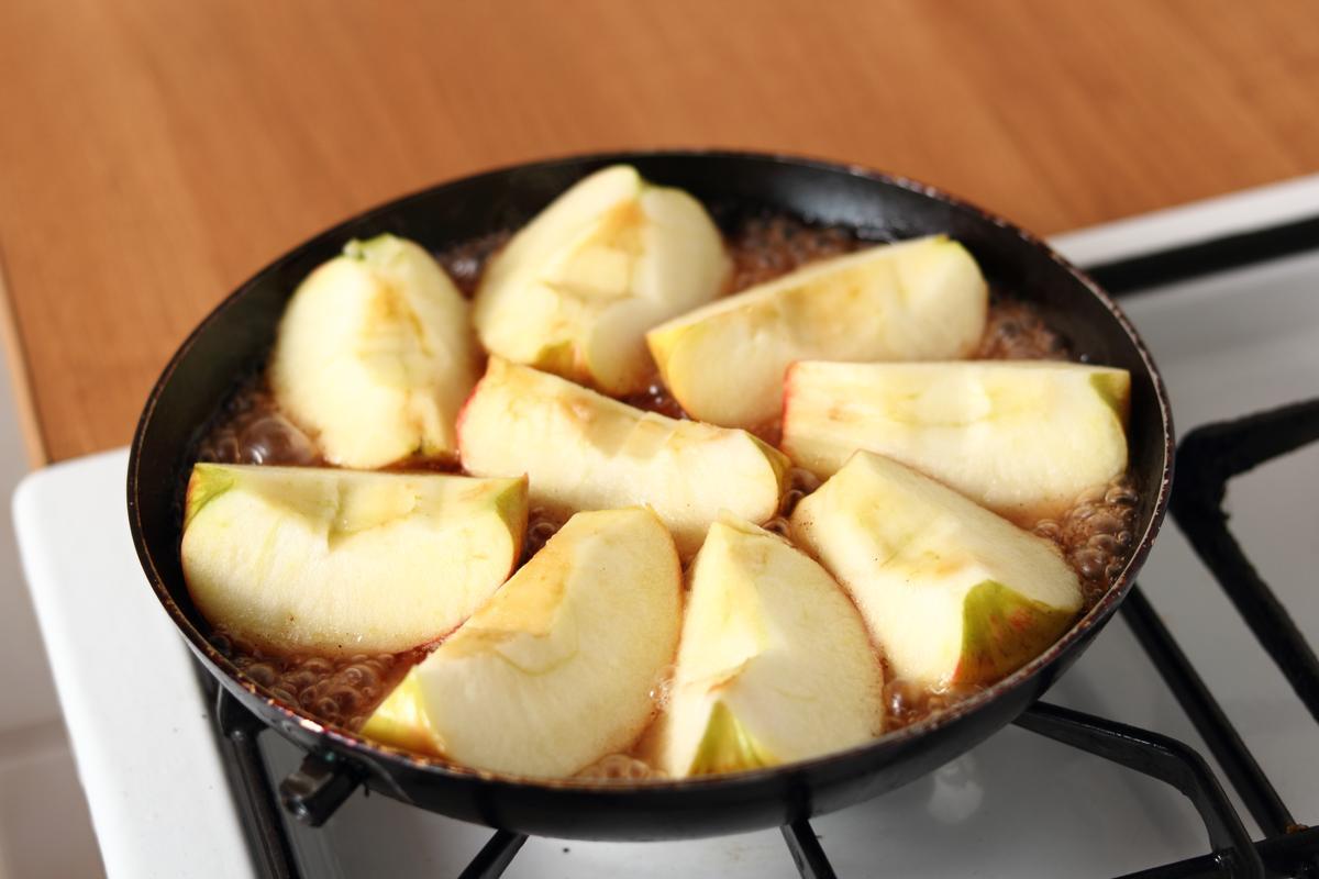 Recette pommes caram lis es la po le cuisine madame figaro - Cuisiner les topinambours a la poele ...