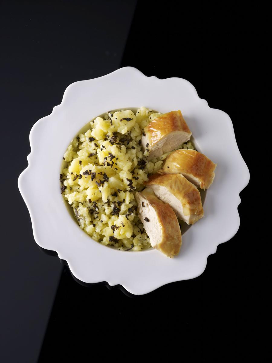 recette poulet r ti et pommes de terre cras es aux truffes cuisine madame figaro. Black Bedroom Furniture Sets. Home Design Ideas