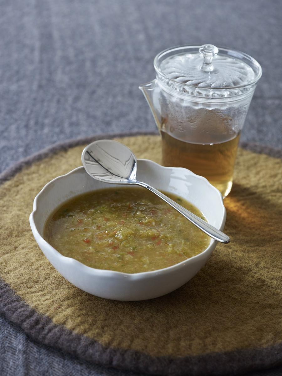 recette soupe d tox au poireau et chou vert cuisine madame figaro. Black Bedroom Furniture Sets. Home Design Ideas