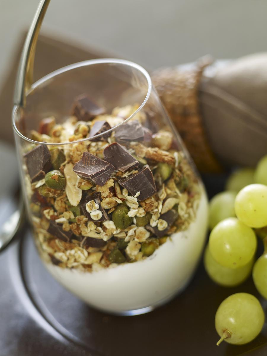 recette verrine de yaourt nature aux fruits secs c r ales et chocolat noir cuisine madame. Black Bedroom Furniture Sets. Home Design Ideas