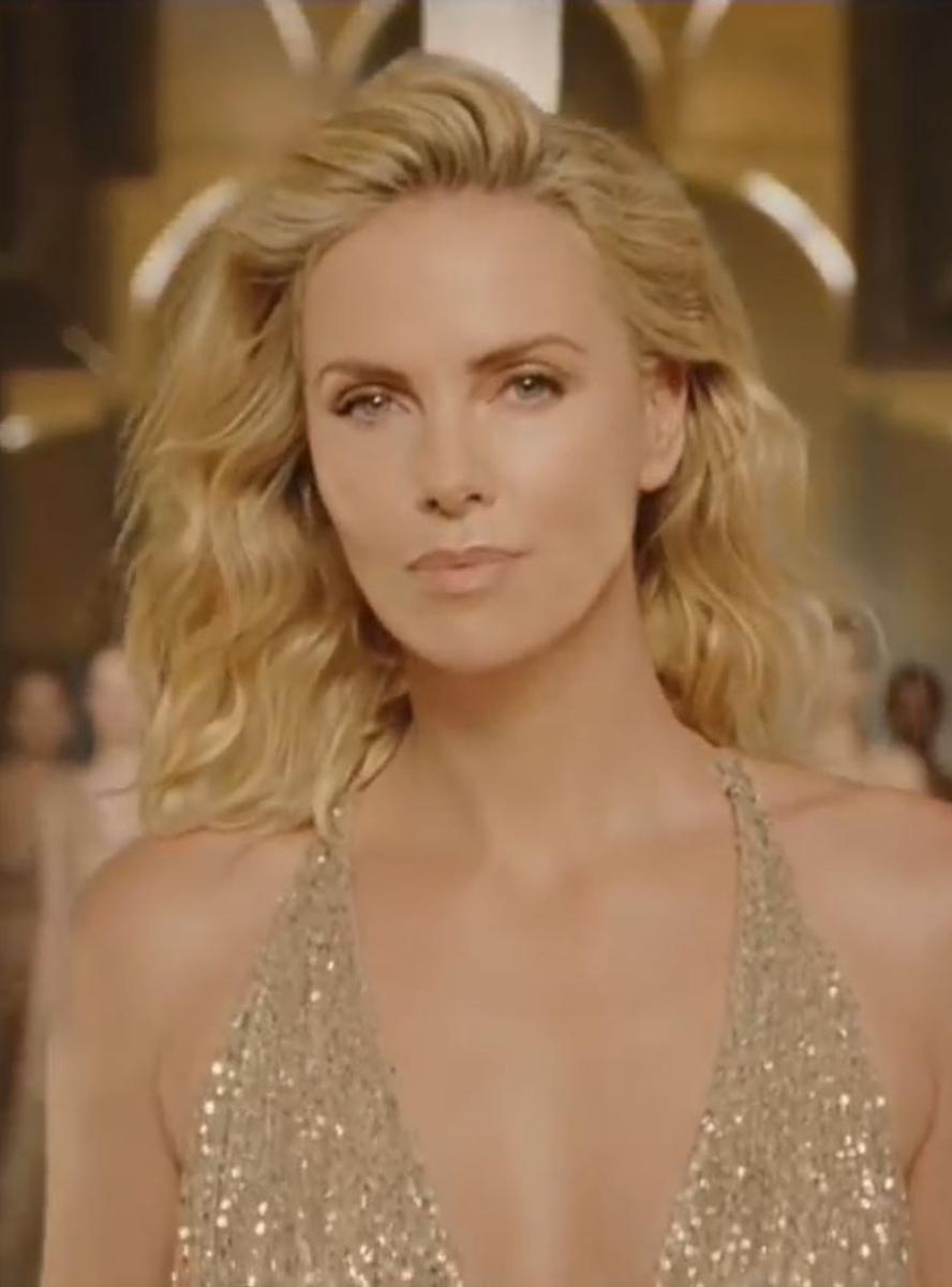 d'or toute dévêtue Theron nouvelle dans Charlize J'Adore la campagne ZFqg4W