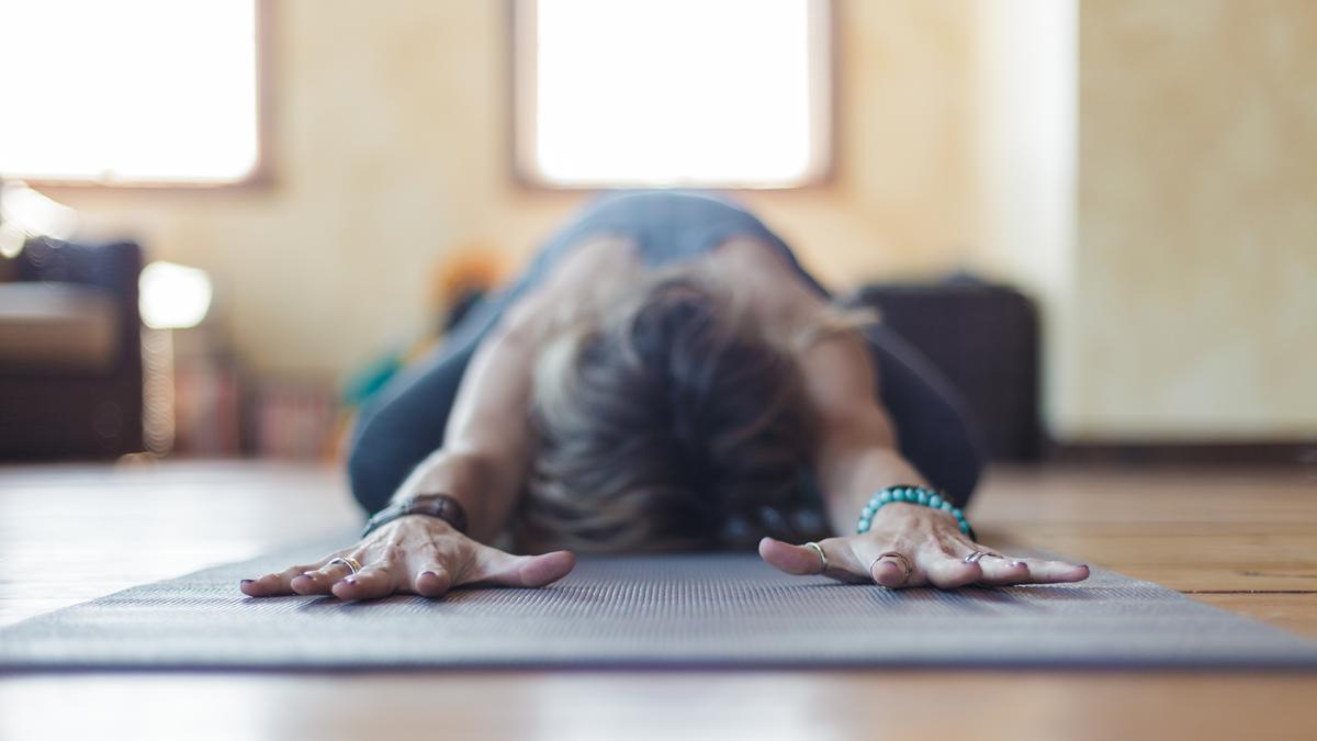 Quatre huiles essentielles à utiliser pendant sa séance de yoga pour booster les effets