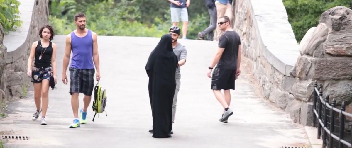 Une femme voilée agressée en public a moins de chances d'être secourue